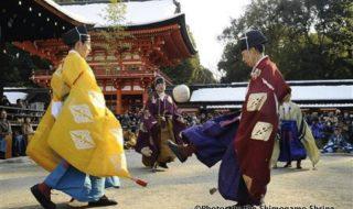◯日本古代から伝授されてきた蹴鞠を披露する。(京都蹴鞠保存会メンバー)